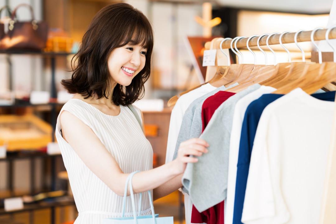 美容師は仕事服をどこで購入する?現役スタイリスト20名に毎月の服代や愛用ブランドを調査