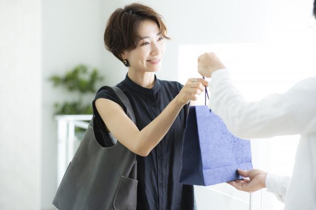 ファッションアイテムを購入する女性
