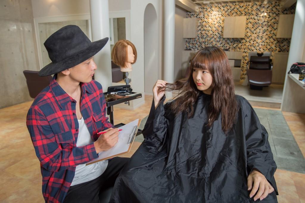 女性顧客へカウンセリングをする男性美容師