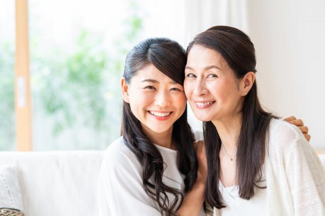 嬉しそうに微笑むシニア女性2人