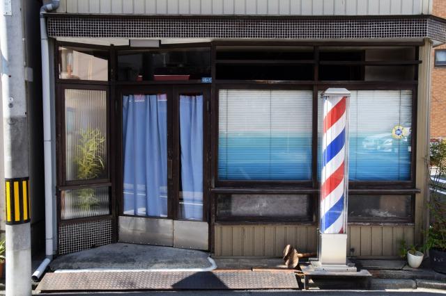 個人経営の理髪店の外観
