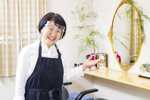 シニアのベテラン女性美容師