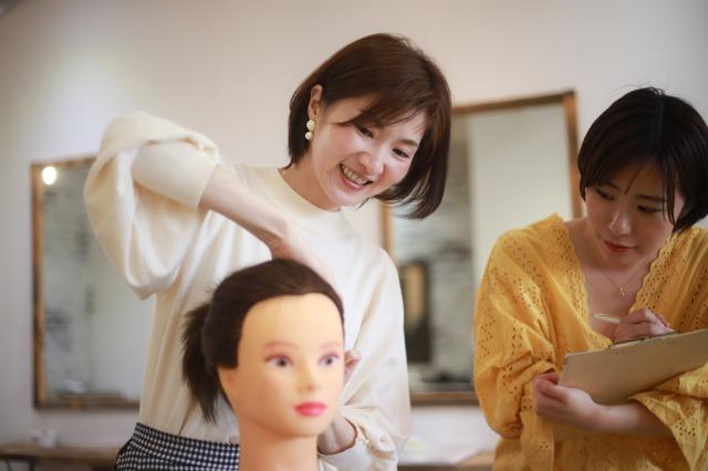 自己研鑽する美容師