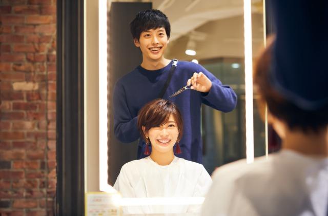 笑顔で接客をする男性美容師