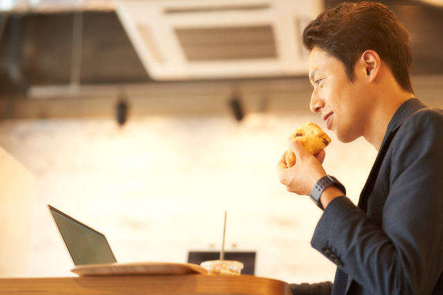 食べながら仕事する男性